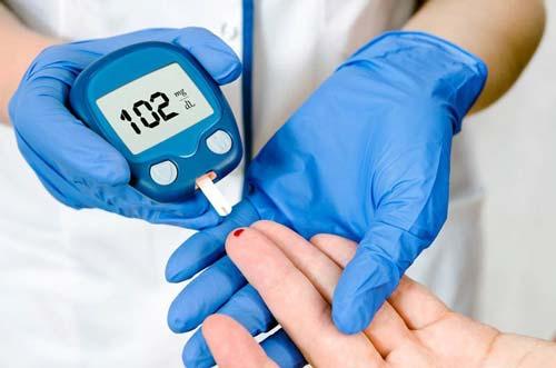 Определение уровня глюкозы в лаборатории портативным прибором